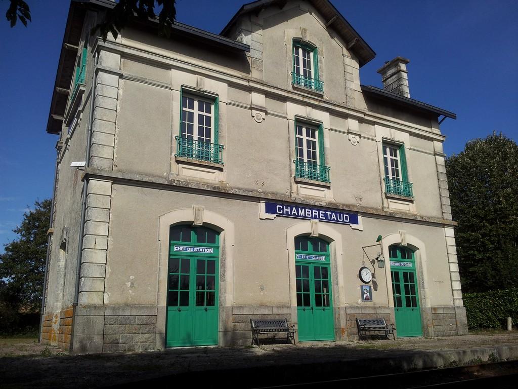 Chambres d 39 h tes la gare n 1 guest houses chambretaud for Chambre d hote puy du fou