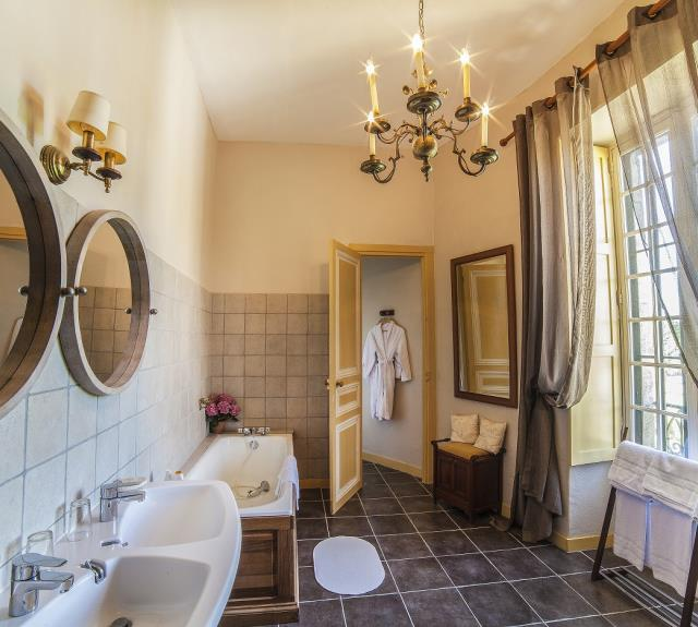 Bathroom with wc and separate shower for the Maillé suite