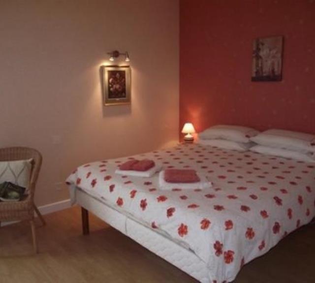 Chambre rouge-le grand lit