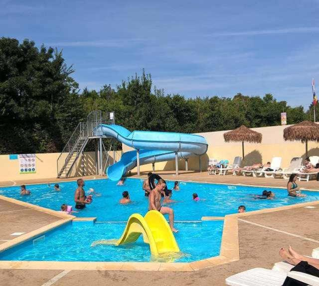 camping-avrille-mancellieres-piscine-exterieure-toboggan